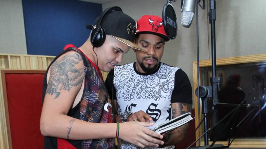 O cantor Naldo Benny acompanha o filho, Pablo Jorge (Mc PJ), no estúdio de gravação