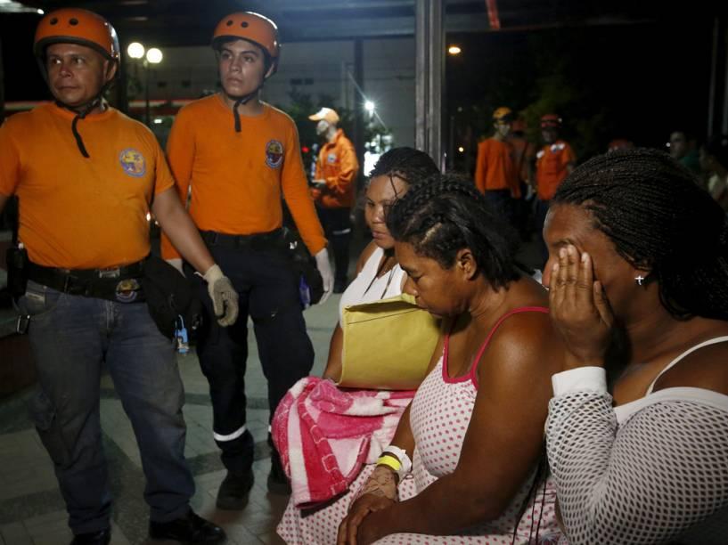 Equipe de resgate ajuda feridos em hospital após terremoto no Equador