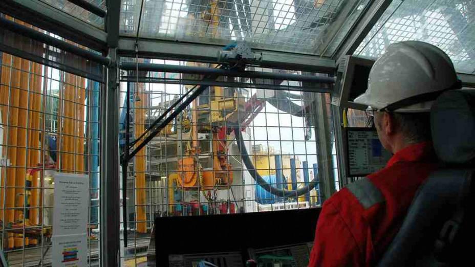 <p>Operador comanda a atividade da broca a bordo Chikyu. A partir de 2013, cientistas brasileiros participarão das missões</p>