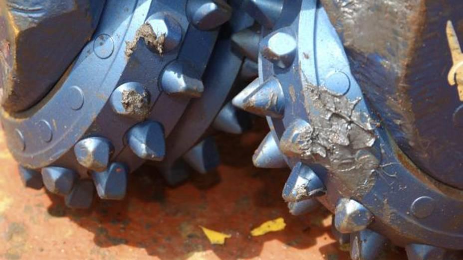 <p>As brocas são feitas de uma dura mistura de carbeto de tungstênio com diamantes artificias. Mesmo assim, elas só duram 60 horas em contato com as rochas do fundo do oceano</p>