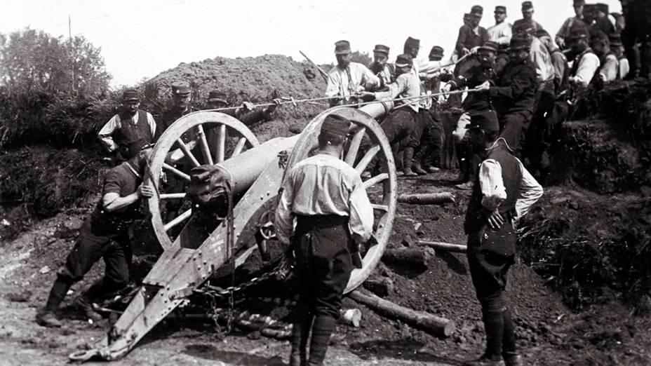 Soldados franceses posicionam um canhão de 95 mm na retaguarda do front, na França