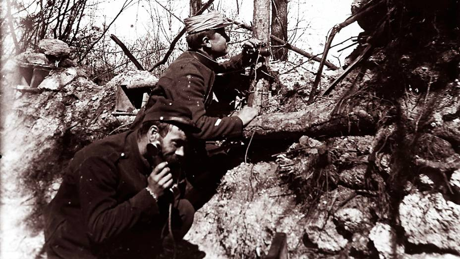 Oficiais da artilharia francesa recebem instruções por telefone para ajustar um canhão