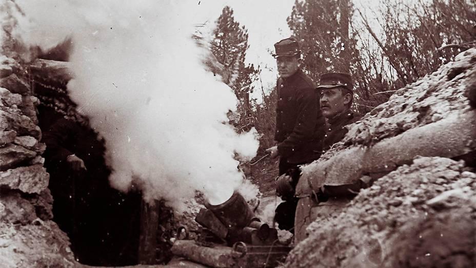 Soldados atirando um morteiro de 155 mm em uma trincheira na França