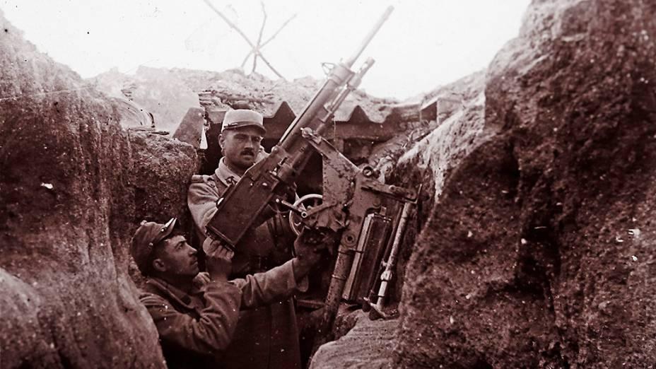 Um militar francês segura uma arma de artilharia antiaérea em uma trincheira em Perthes les Hurlus, no oeste do país