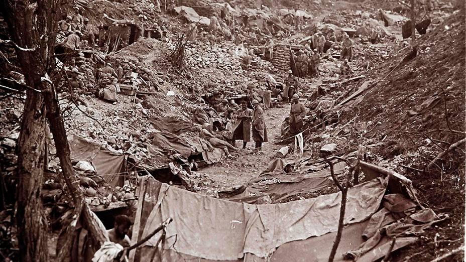 Militares franceses inspecionam uma trincheira alemã que foi tomada em Somme, no norte do país, em 1916