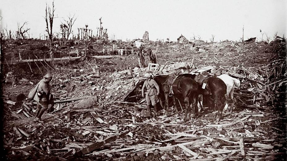 Soldados e cavalos em um campo de batalhas no fronte de Maurepas, no norte da França, em outubro de 1916