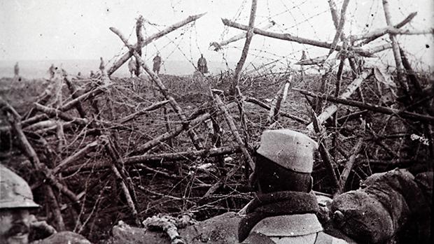 Tropa alemã (ao fundo) se rende aos francesas em Massiges, no nordeste da França