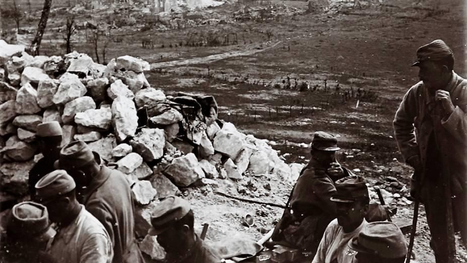 Tropas francesas observam a cidade de Ablain Saint Nazaire, no norte do país, em 1916
