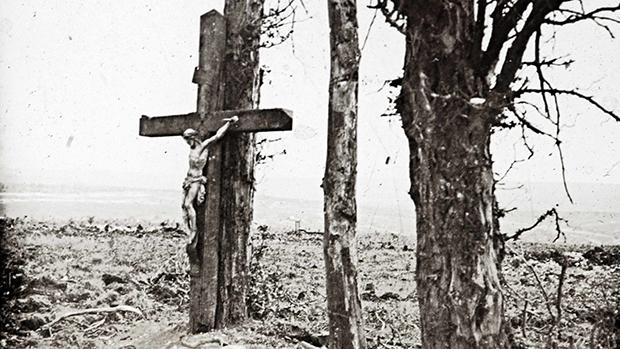 Um crucifixo apoiado em uma árvore em Fricourt, no norte da França, em outubro de 1916