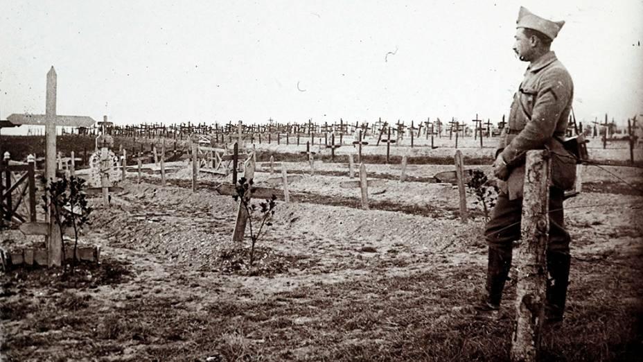 Oficial francês próximo a um cemitério militar em Saint Jean sur Tourbe, no leste do país, em dezembro de 1916