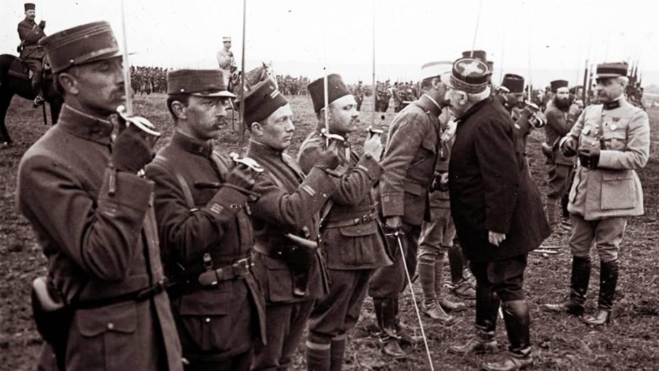 O general francês Joseph Joffre (à dir, de uniforme escuro) cumprimenta militares que lutaram na Batalha de Verdun, em março de 1916