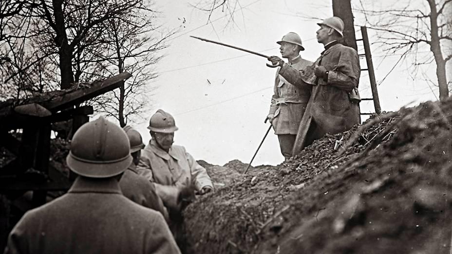 O general francês Emile Eugene Belin (dir) inspeciona linha de frente perto de Arras, no norte da França