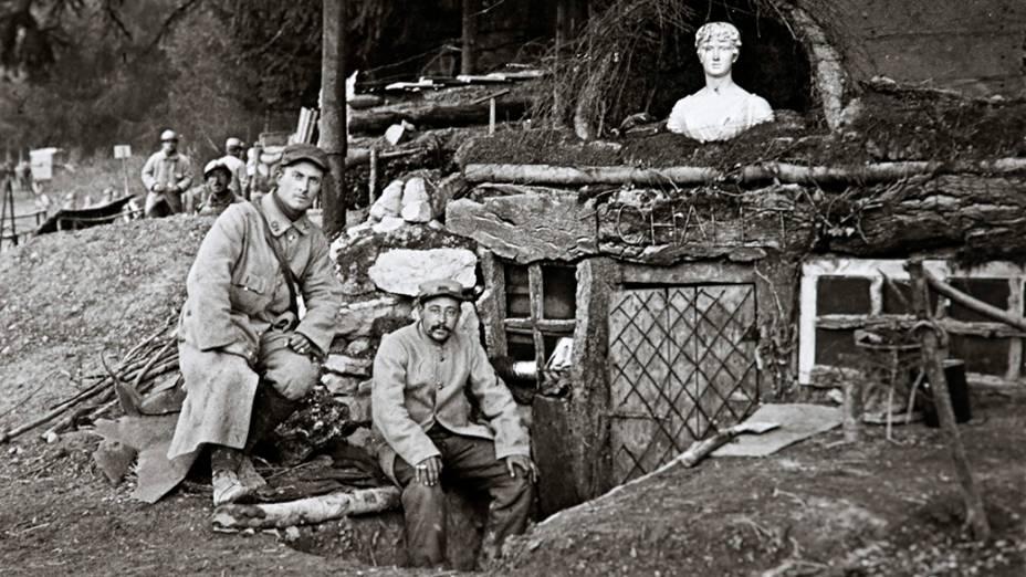 Soldados franceses posam diante de sua cabana, perto de Lachalade, floresta de Argonne, leste da França