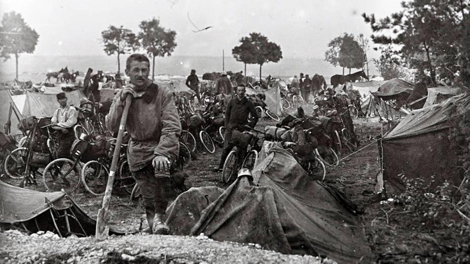 Ciclistas do Corpo de Cavalaria da França no front de Champagne, em 22 de setembro de 1915