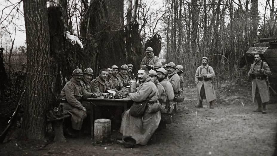 Tropas francesas almoçam perto de Arras, no norte da França