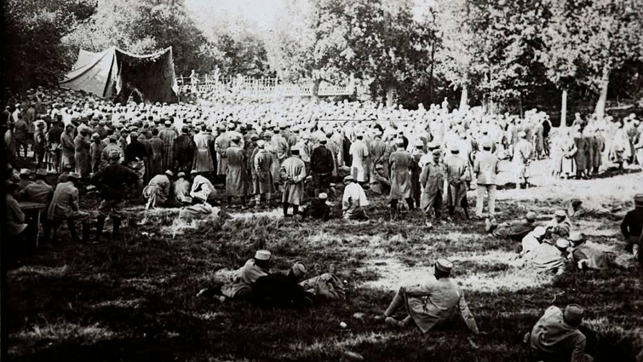 Soldados acompanham apresentação teatral em Suippes, no front de Champagne, leste da França, em 1915