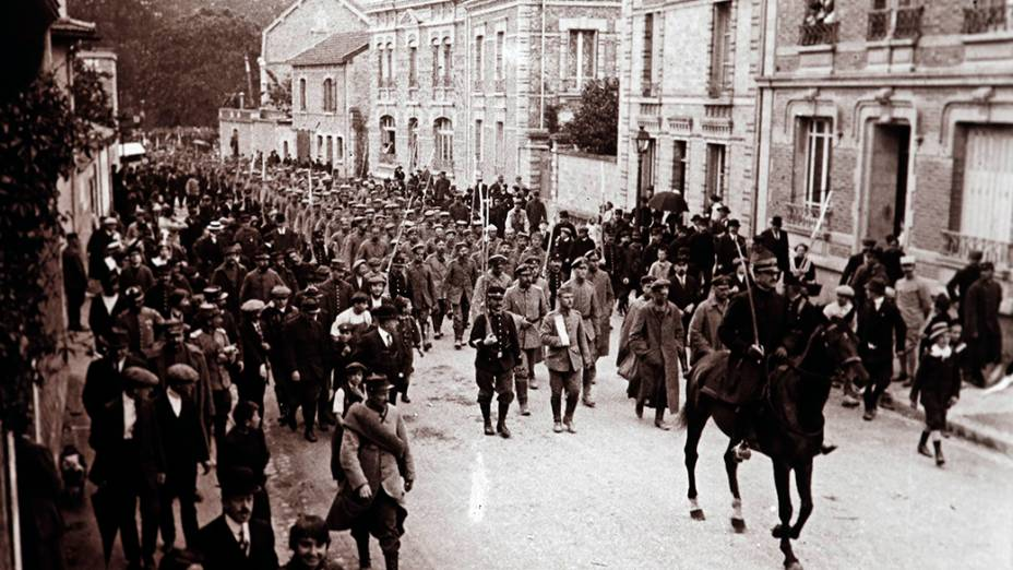 Soldados alemães marcham sobre Chalons em Champagne, leste da França, em setembro de 1915