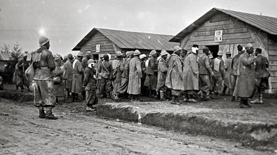 Soldados feridos vão a hospital antes de serem retirados do front de Champagne, leste da França