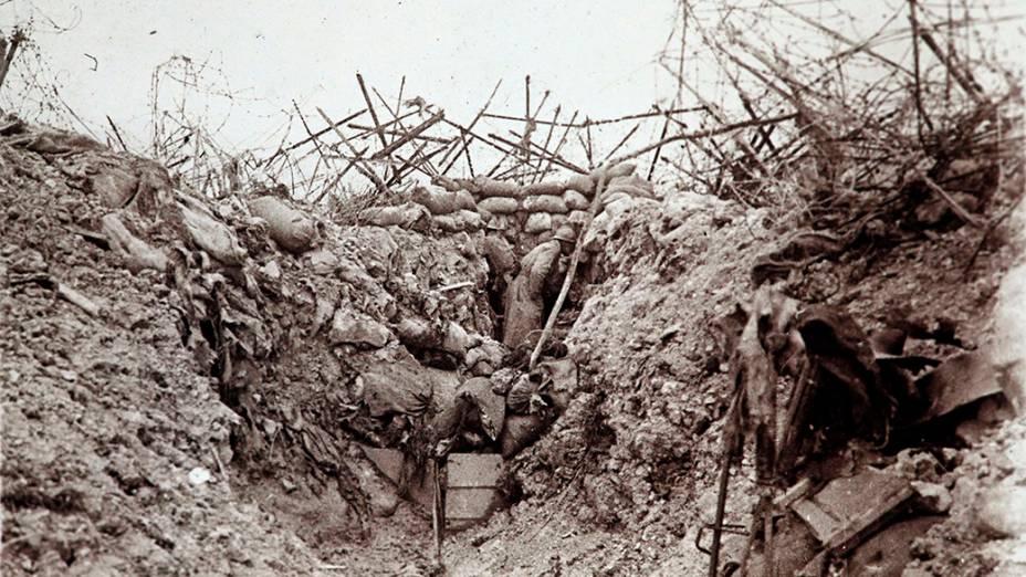 Soldado francês em trincheira que havia acabado de ser atingida por uma bomba em Mont Tetu, perto de Massiges, no leste da França