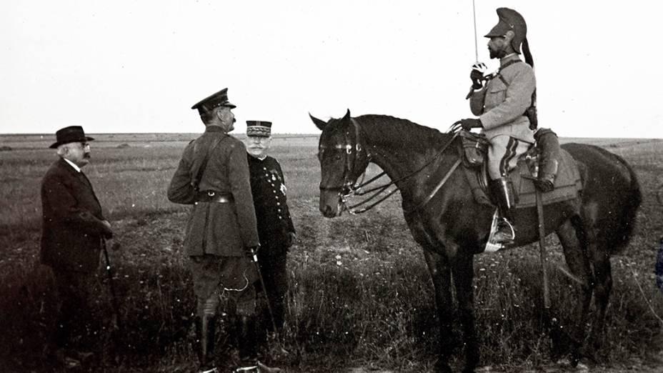 O marechal de campo Horatio Herbert Kirchener (esq) encontra o general francês Albert Baratier (sobre o cavalo), observado pelo marechal francês Joseph Joffre (no meio), no front de Champagne, leste da França, em 1915