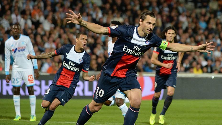 Ibrahimovic comemora gol em partida do Paris Saint Germain e Olimpique de Marselha, válida pelo Campeonato Francês, no estádio Velodrome