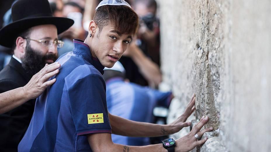 Neymar e seus companheiros de Barcelona estão em uma turnê de dois dias do Oriente Médio que incluirá oficinas esportivas para as crianças, tanto palestinos e israelenses