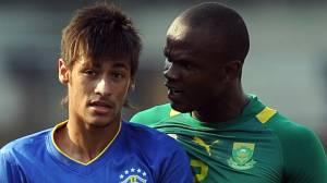 Neymar e Dino, da África do Sul, durante amistoso no Morumbi