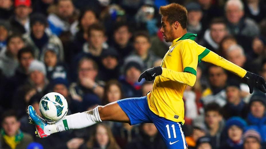 Neymar domina a bola no amistoso entre Brasil e Rússia em Londres