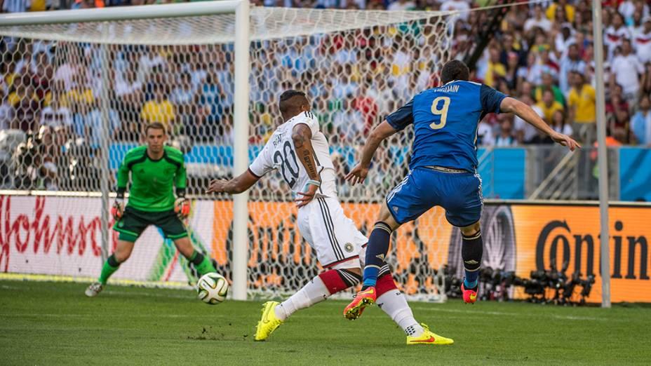 O argentino Higuaín cruza a bola no jogo contra a Alemanha na final da Copa no Maracanã, no Rio