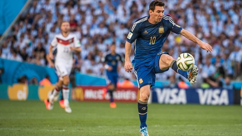 Messi domina a bola no jogo contra a Alemanha na final da Copa no Marcanã, no Rio