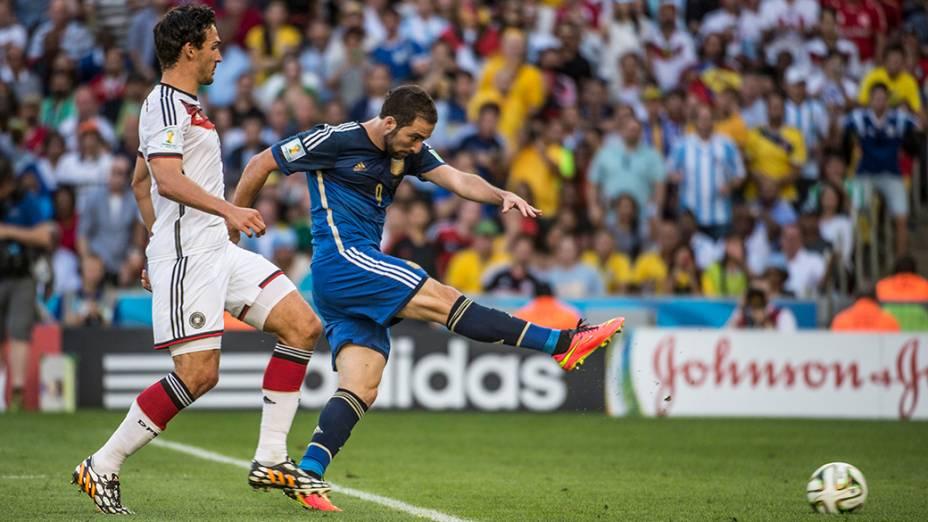 O argentino Higuaín chuta mal a bola contra o gol da Alemanha na final da Copa no Maracanã, no Rio