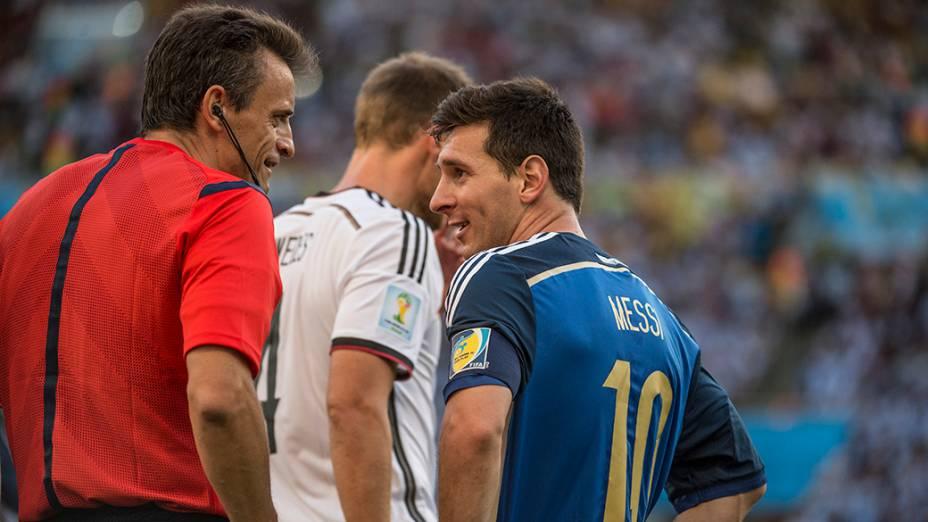 Messi conversa com o árbitro durante o jogo contra a Alemanha na final da Copa no Maracanã, no Rio
