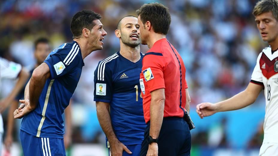 Jogadores da Argentina discutem com o árbitro durante o jogo contra a Alemanha na final da Copa no Maracanã, no Rio