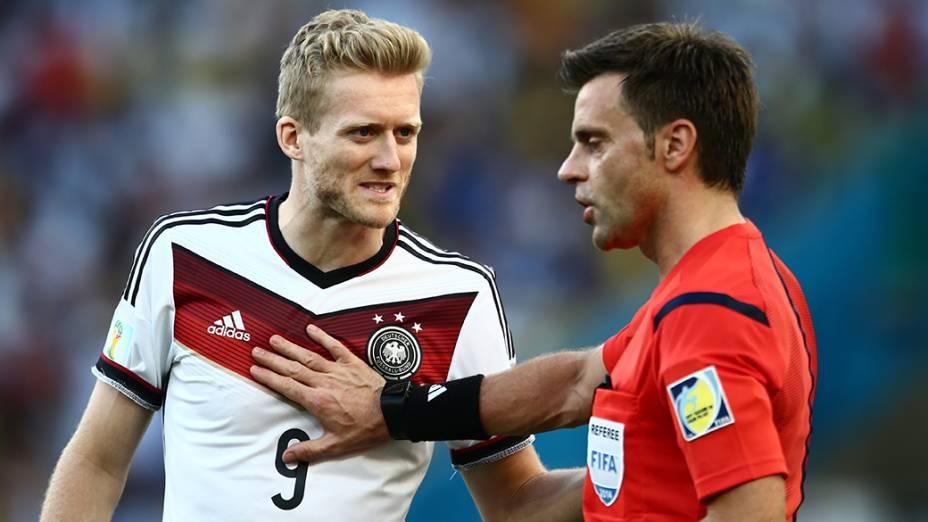 O alemão Schürrle discute com o árbitro durante o jogo contra a Argentina na final da Copa no Maracanã, no Rio