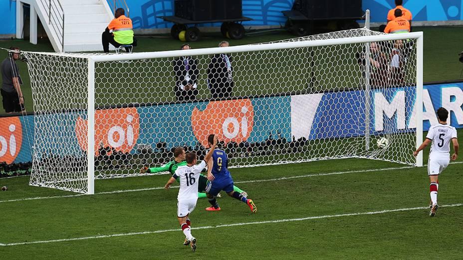 O argentino Higuaín marca gol contra a Alemanha mas o bandeirinha marca impedimento