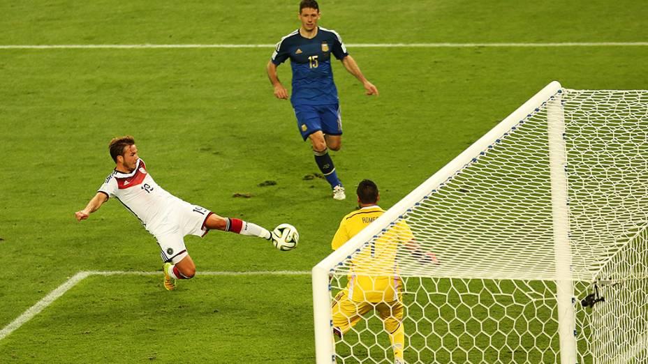 O alemão Götze chuta e marca gol na Argentina no segundo tempo da prorrogação na final da Copa no Maracanã, no Rio