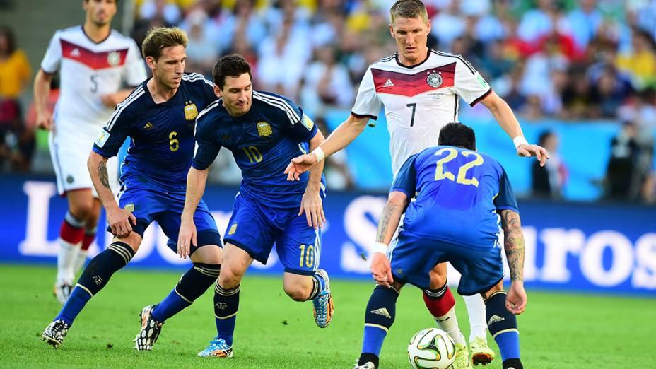 O alemão Schweinsteiger é marcado por três jogadores da Argentina na final no Maracanã, no Rio