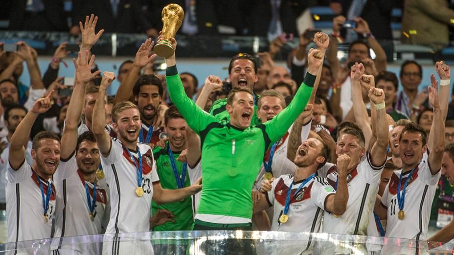 Jogadores da Alemanha levantam a Taça da Copa após vencerem a Argentina no Maracanã, no Rio