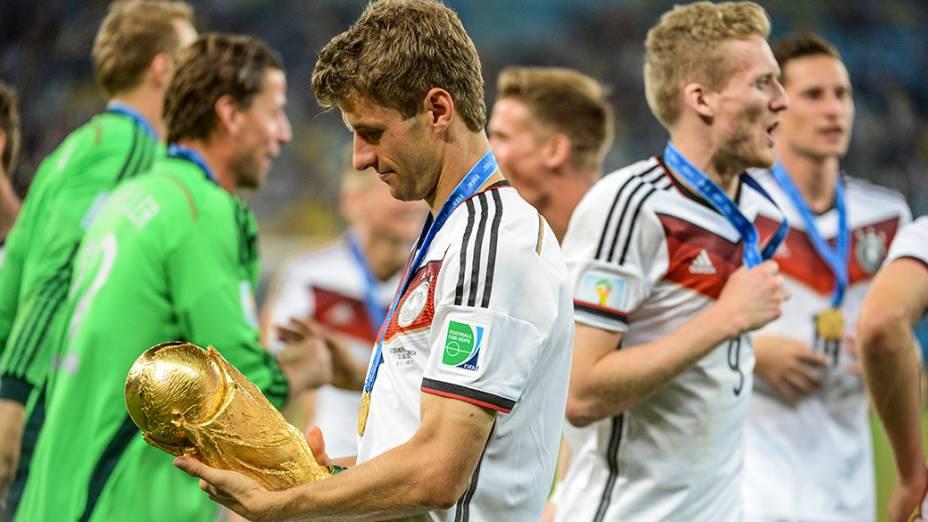 O alemão Thomas Müeller observa a Taça da Copa após vencer a Argentina no Maracanã, no Rio