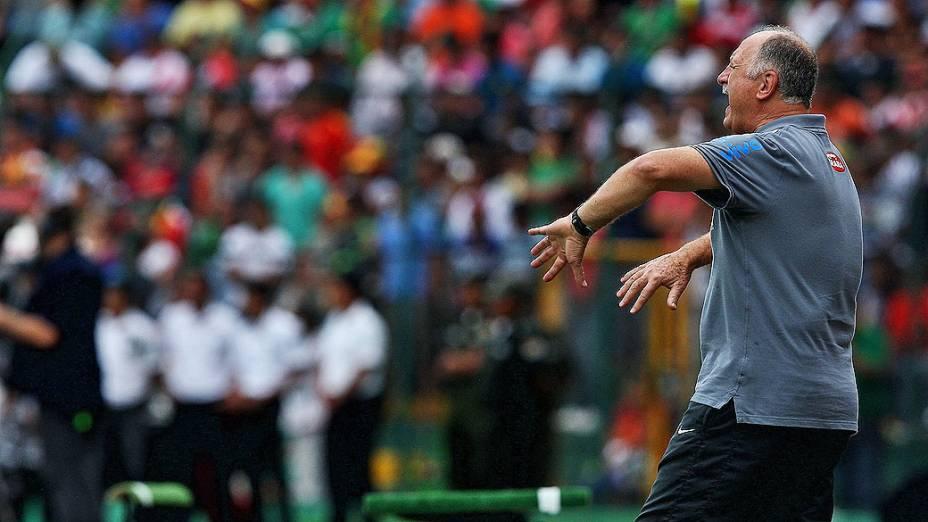 Felipão orienta os jogadores durante amistoso da seleção brasileira contra a Bolívia, em Santa Cruz de La Sierra