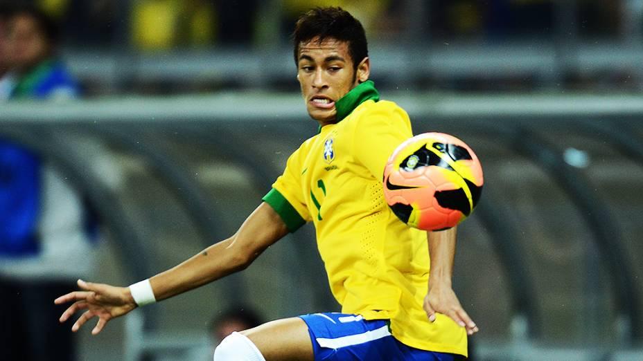 Neymar domina a bola durante amistoso da seleção brasileira contra o Chile no Mineirão