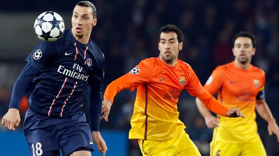 Ibrahimovic disputa a bola com Sérgio Busques no jogo entre PSG e Barcelona pela Liga dos Campeões