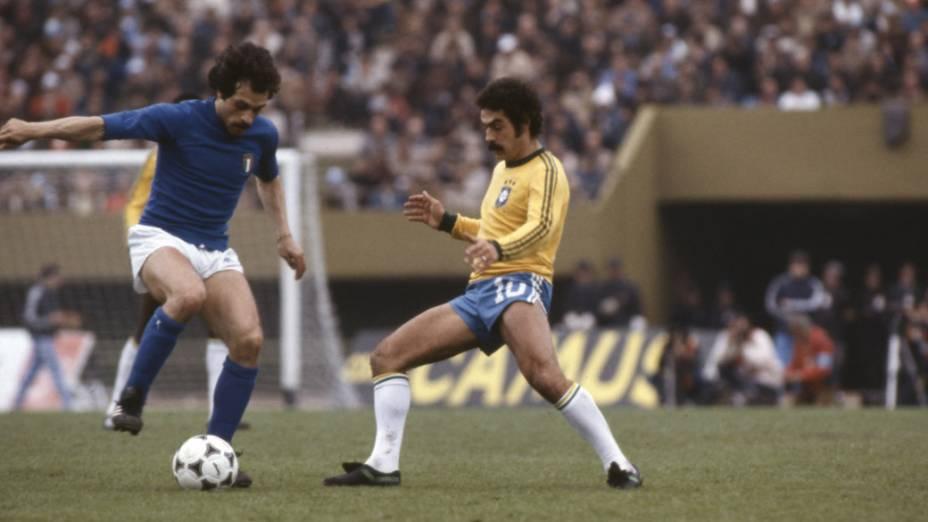 Rivelino, do Brasil, e Causio, da Itália, em jogo da Copa do Mundo de 1978