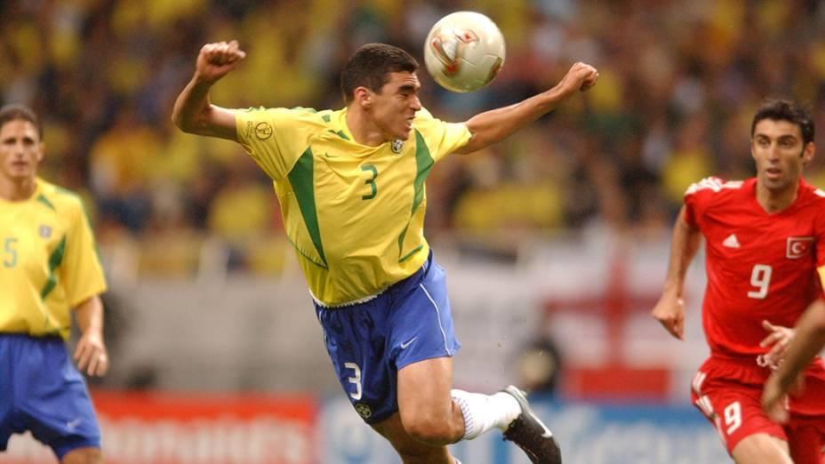 Lúcio, do Brasil, durante jogo contra a Turquia, na Copa do Mundo de Futebol em 2002