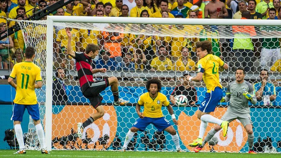 Thomas Müller chuta bola e marca o primeiro gol da Alemanha contra o Brasil no Mineirão, em Belo Horizonte