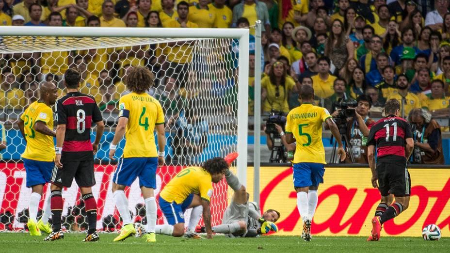 Klose marca o segundo gol da Alemanha contra o Brasil e se torna o artilheiro de todas as Copas