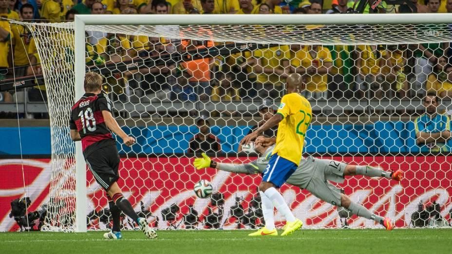 Toni Kroos marca o terceiro gol da Alemanha contra o Brasil no Mineirão, em Belo Horizonte