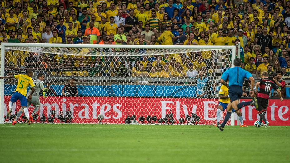 Toni Kroos marca o quarto gol da Alemanha contra o Brasil no Mineirão, em Belo Horizonte