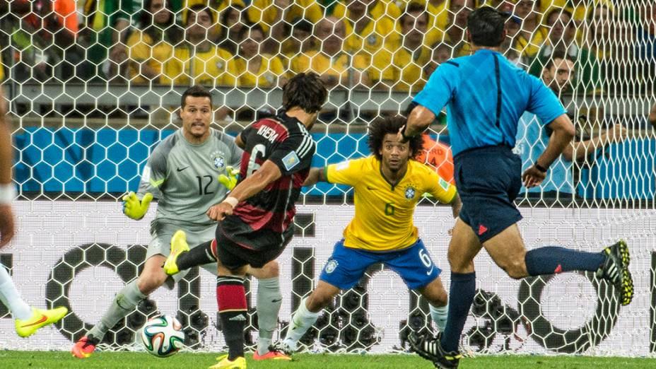 Sami Khedira marca o quinto gol da Alemanha contra o Brasil no Mineirão, em Belo Horizonte
