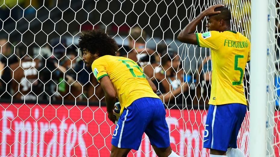 Fernandinho e Dante reagem ao gol da Alemanha